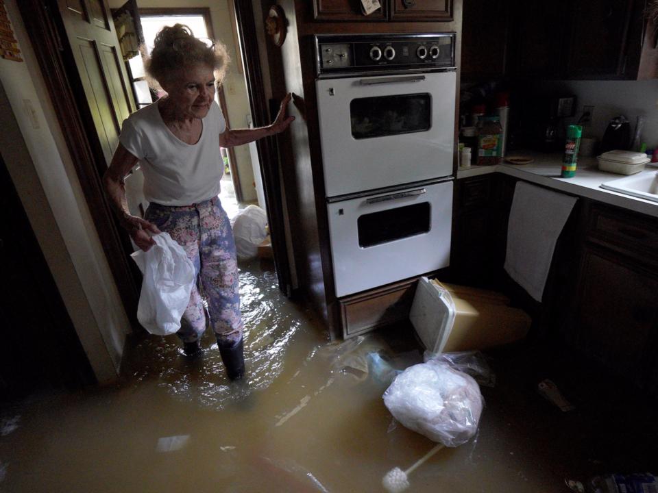 ハリケーン「ハービー」から避難し、自宅に戻ったテキサス州ヒューストンの住民。