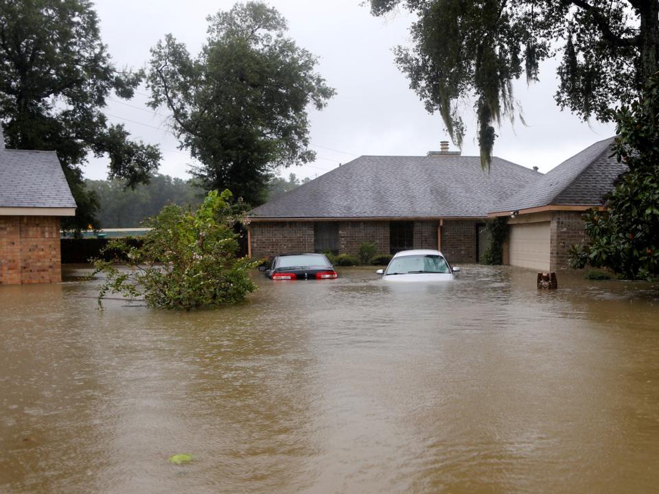 ハリケーン「ハービー」による洪水で水没している家や車。