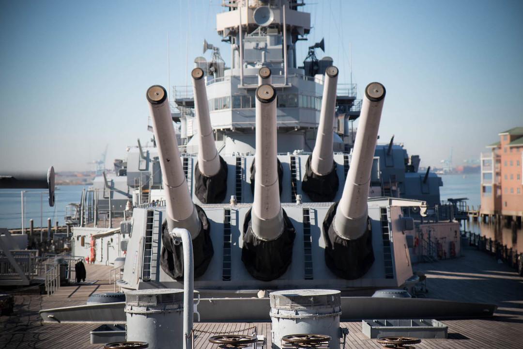艦首側に16インチ(40cm)砲6門。