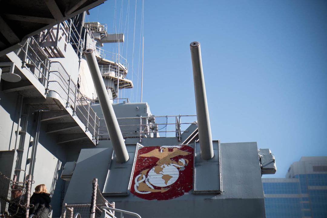 右舷の5インチ(12.7cm)砲