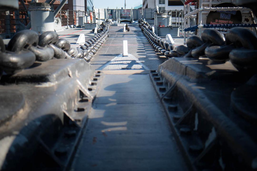 2つの錨は、それぞれ長さ1080フィート(約330m)、重さ3万ポンド(約1万4000キロ)。