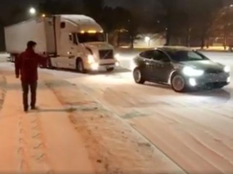 テスラのモデルX、雪でスタックしたトレーラーを救出