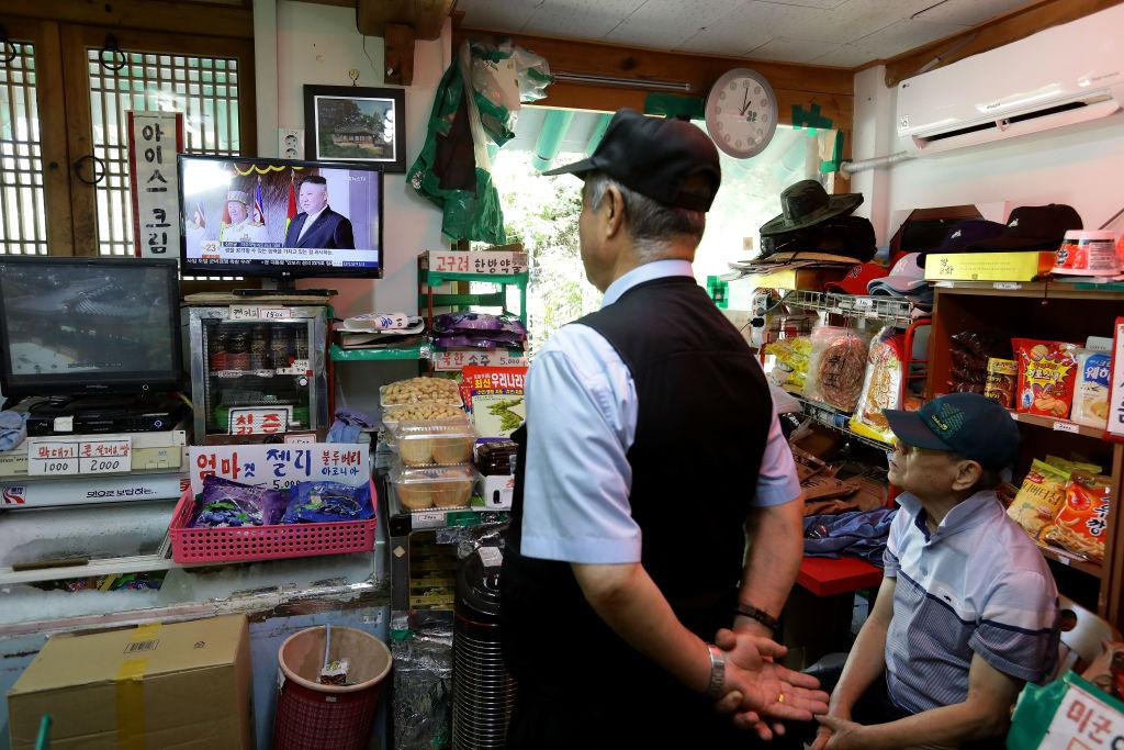 テレビを見る韓国人