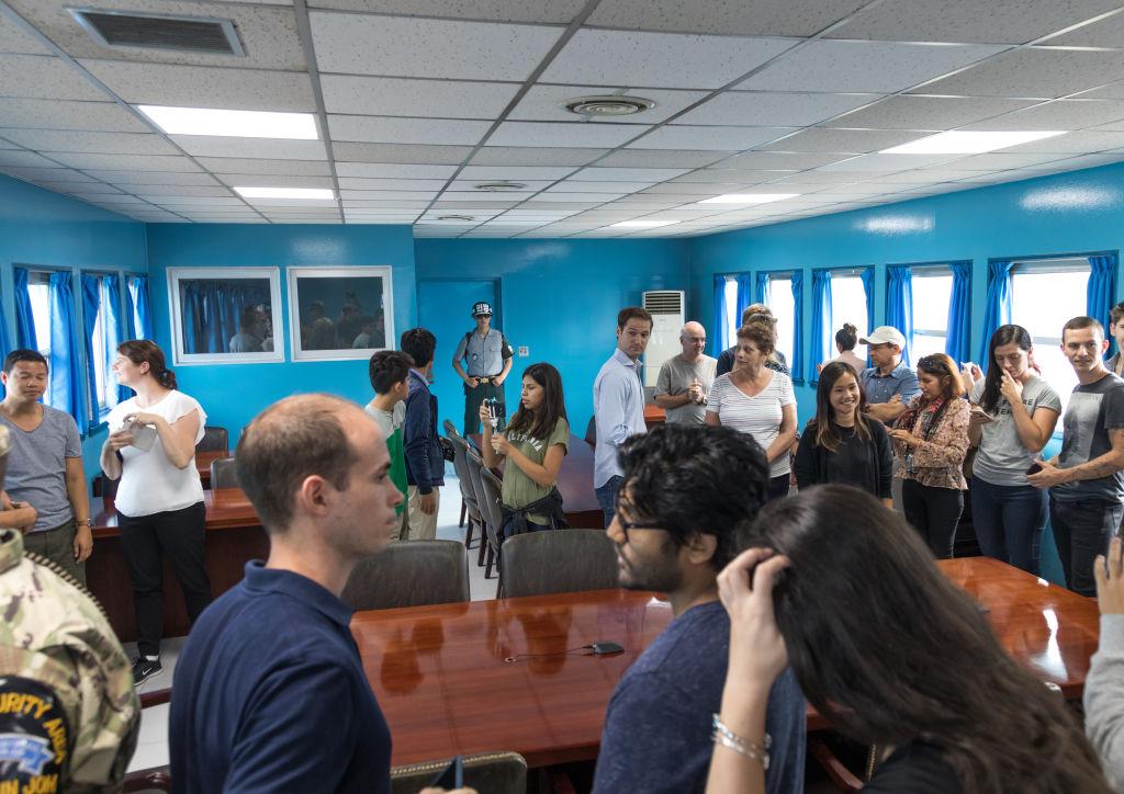 会議室を見学する観光客