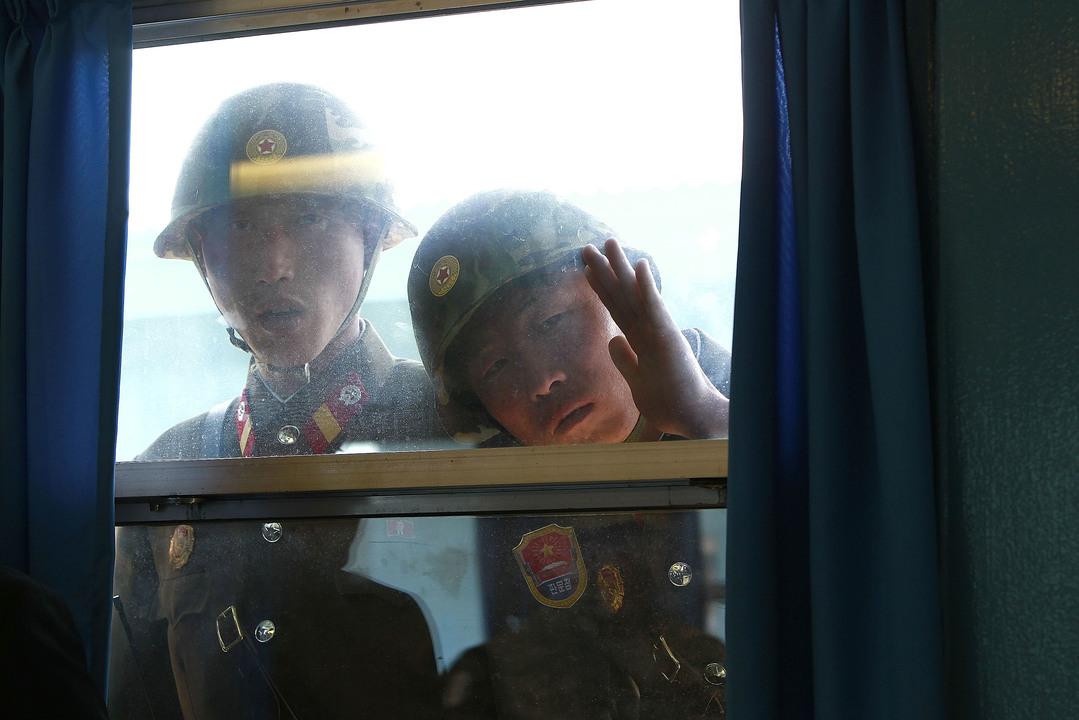 会議室の中をのぞく北朝鮮兵士
