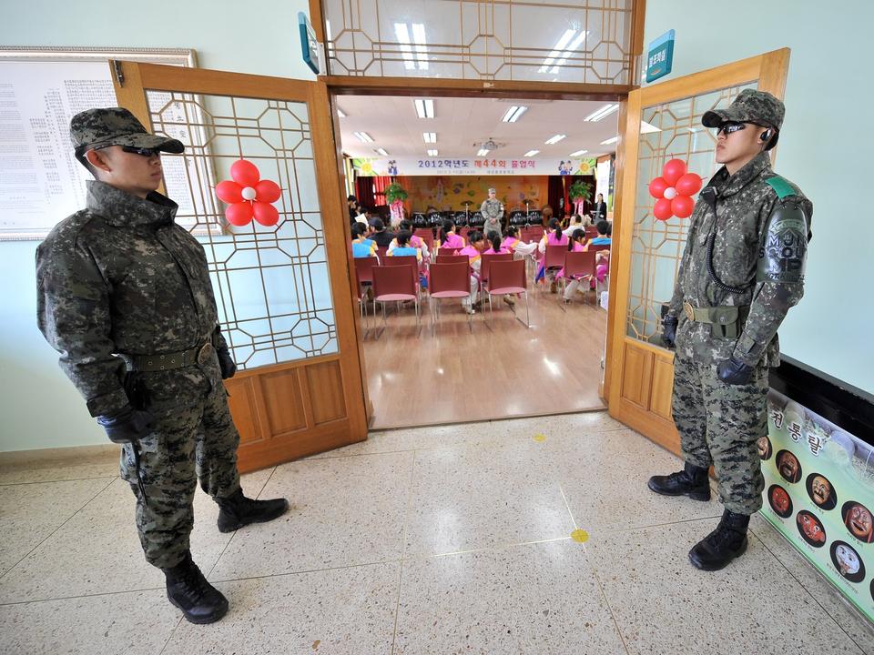兵士が警戒する学校