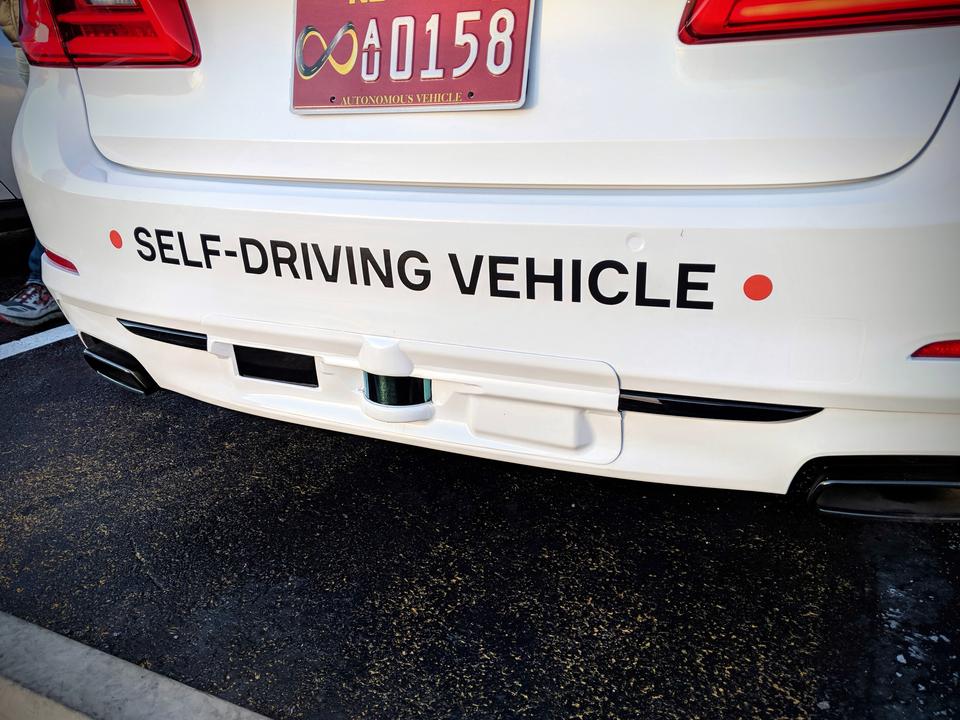 後部のバンパーに「自動運転車」と書いてある