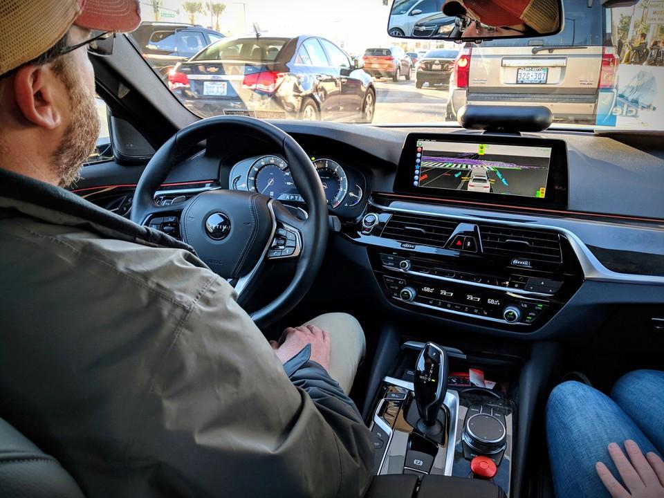 自動運転、ドライバーはハンドルから手を離している