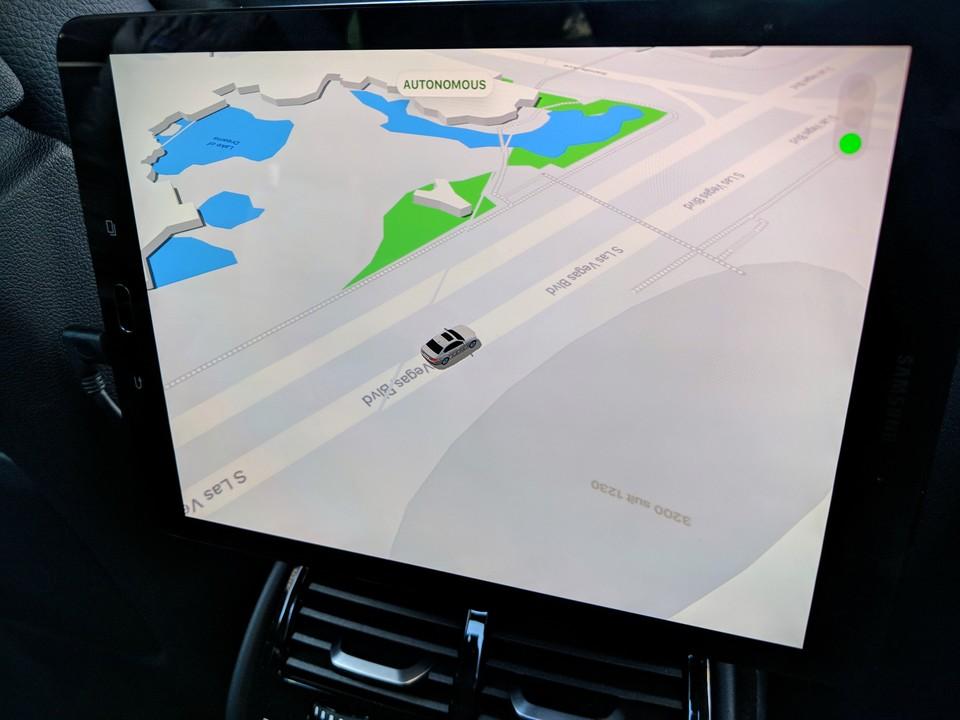 自動運転モードで運転中の画面