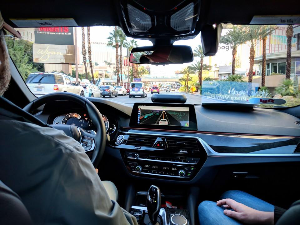 自動運転で走行中のタクシー