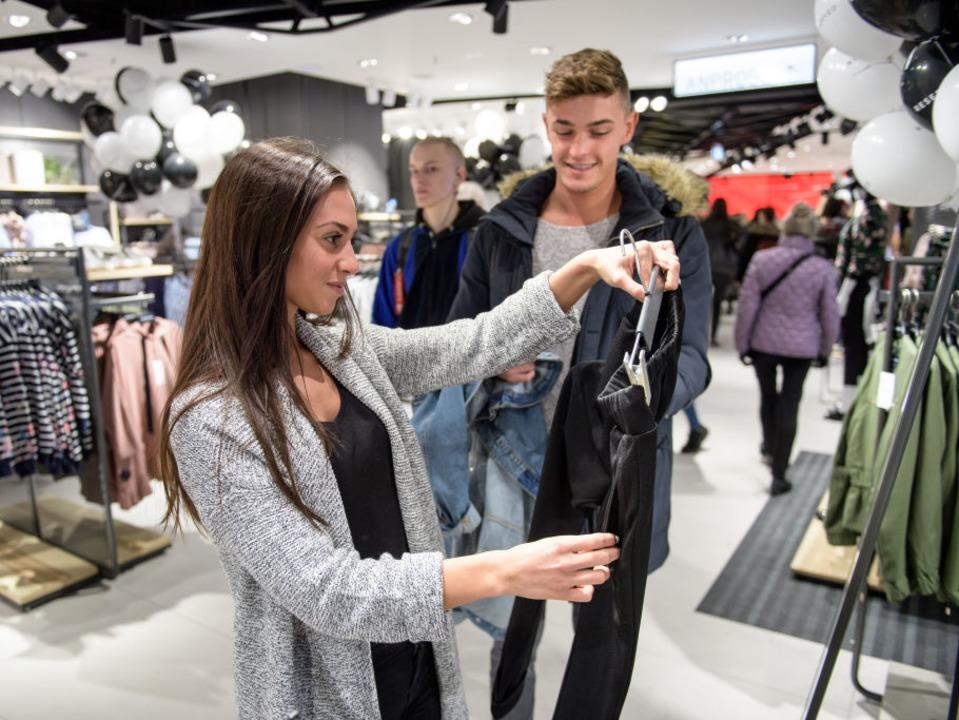 買い物を楽しむ人々