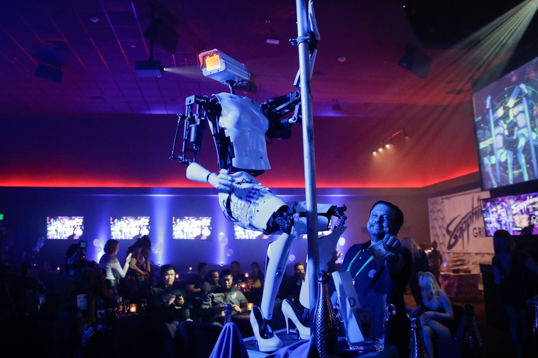 ポールダンスを踊るロボット。イギリス人アーティストが製作。