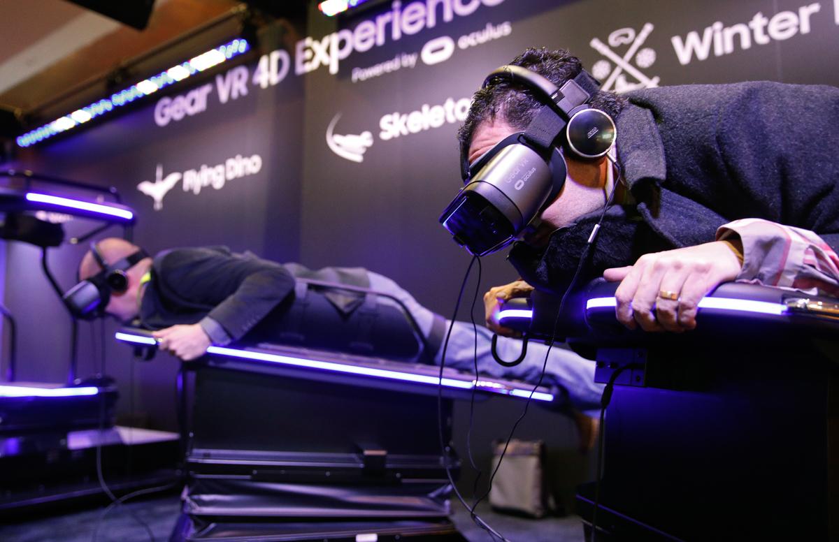サムスンのブースで同社のGear VRを着け、VRライドを体験。