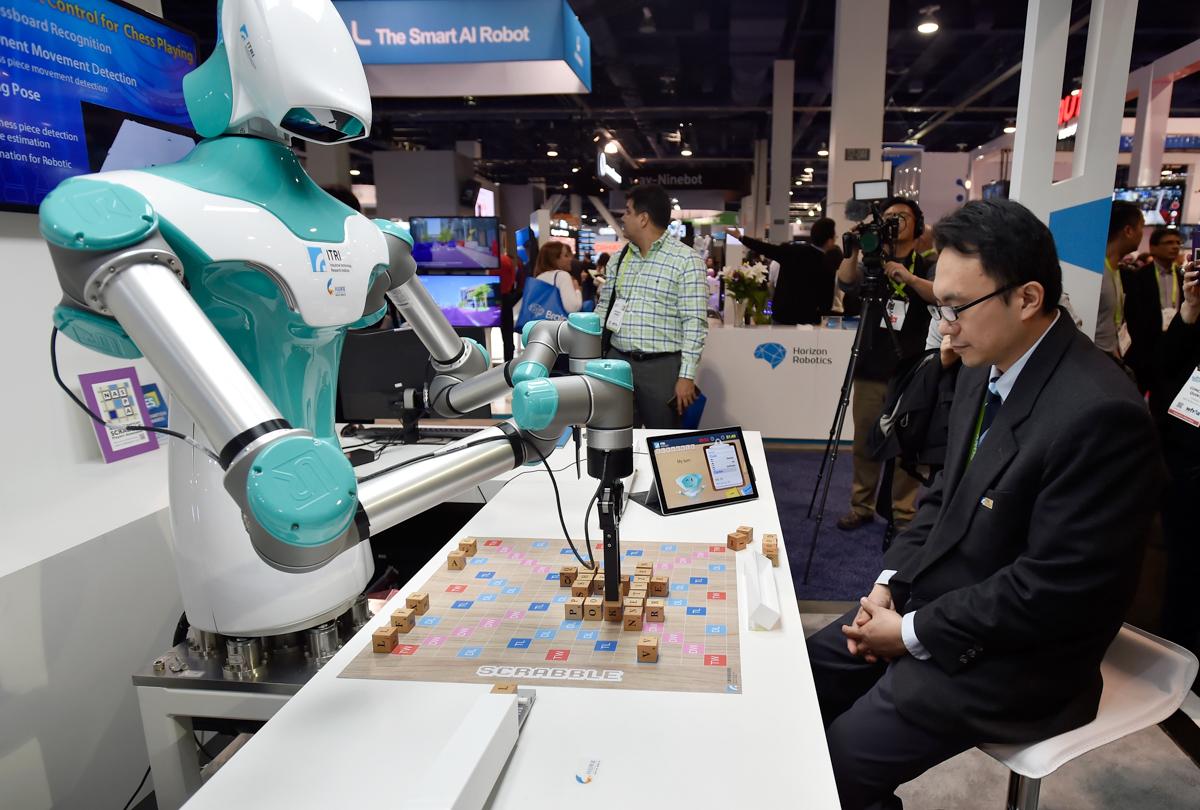 スクラブル(Scrabble)をプレイするロボット。台湾の工業技術研究院(ITRI)のブース。