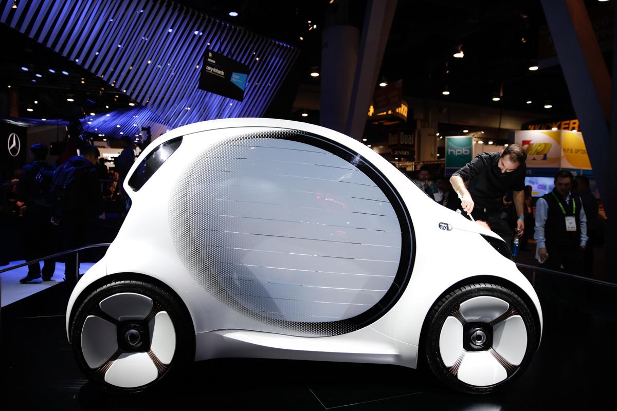 コンセプトカー「Smart Vision EQ」のホコリを払う係員。