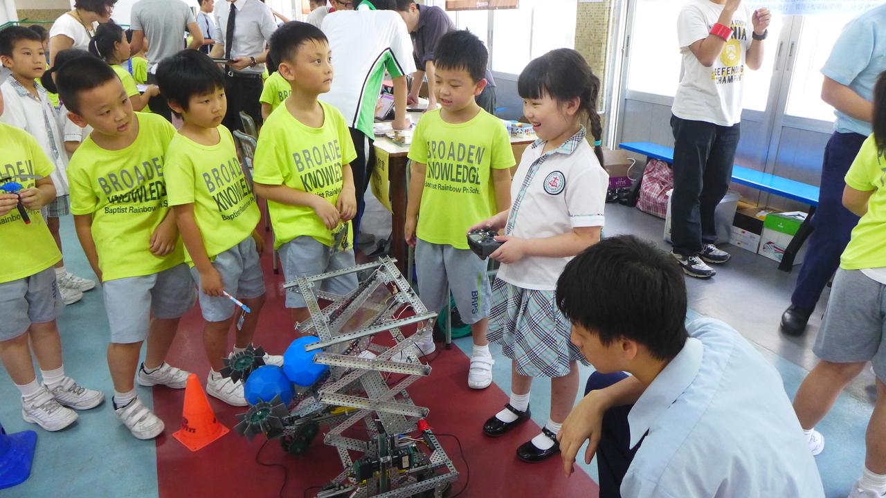 自分たちで作った投石ロボットで遊ぶ子どもたち。