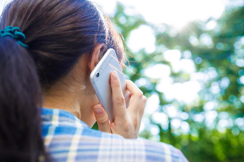 スマホで電話する女性