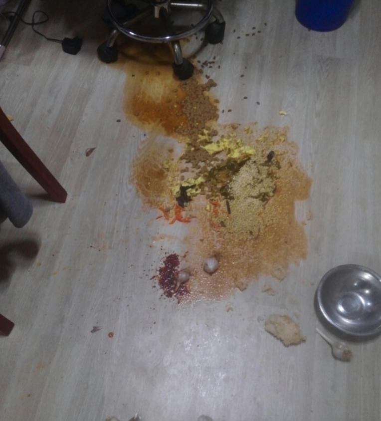 床に散らばったままの食事