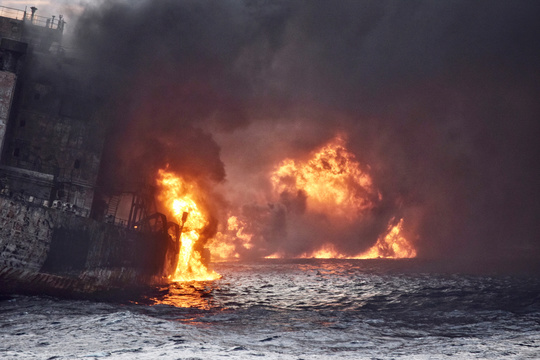 東シナ海での原油流出、この週末で3倍に拡大 —— タンカーは日本の排他的経済水域に沈没