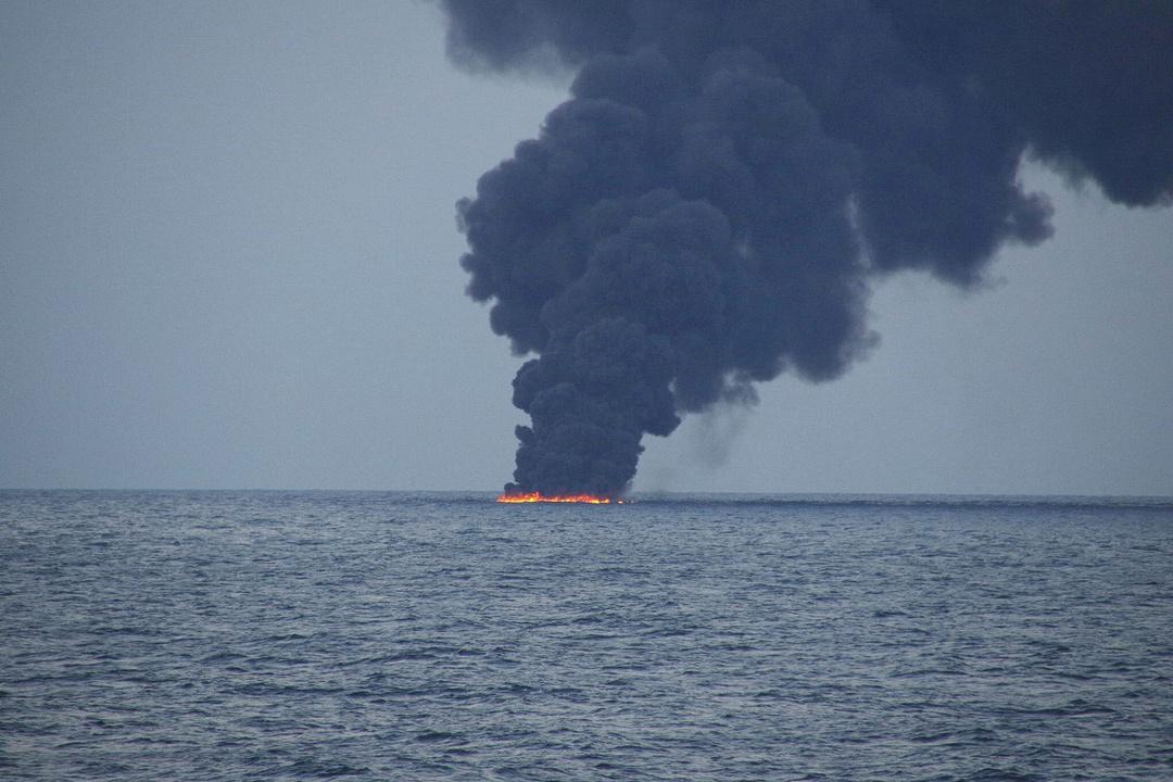 炎上するタンカー