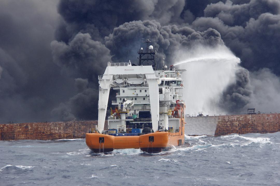 消火作業にあたる救助船