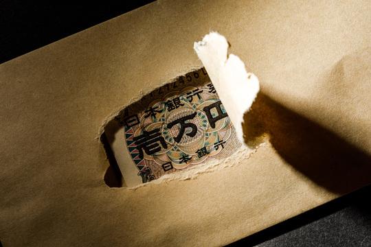 封筒の穴から見える一万円札