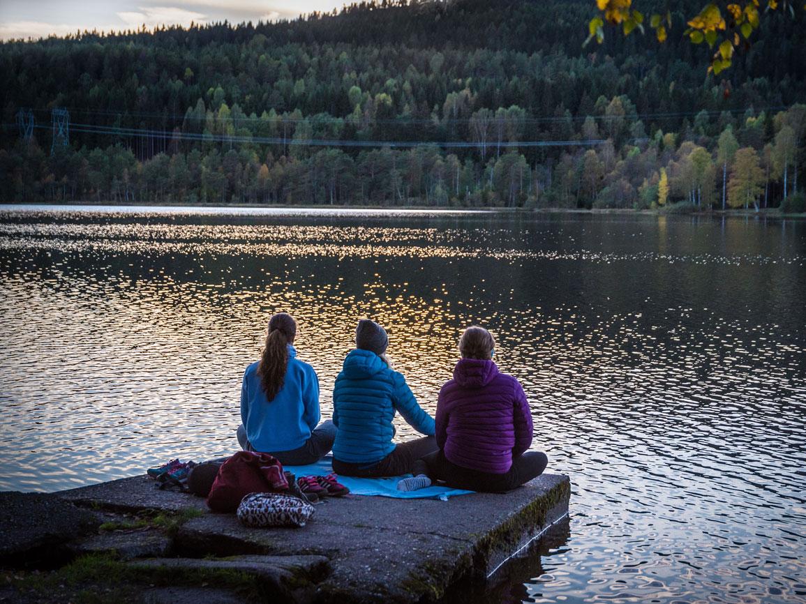 湖の前で胡坐をかく3人組