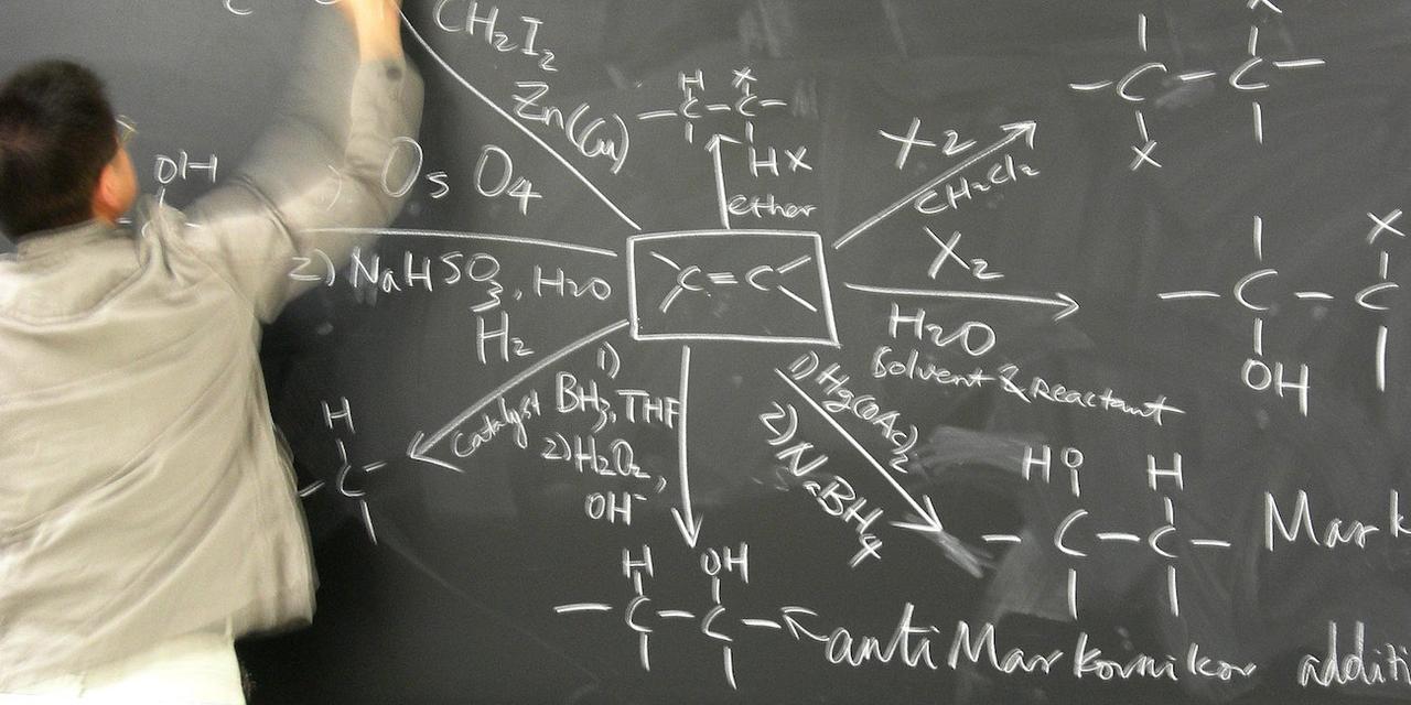 黒板に書かれた化学式