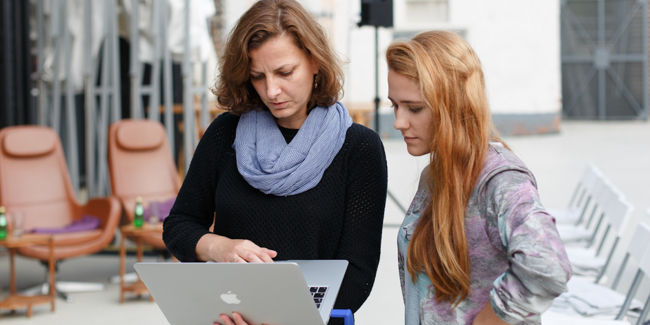パソコンをのぞき込む2人の女性