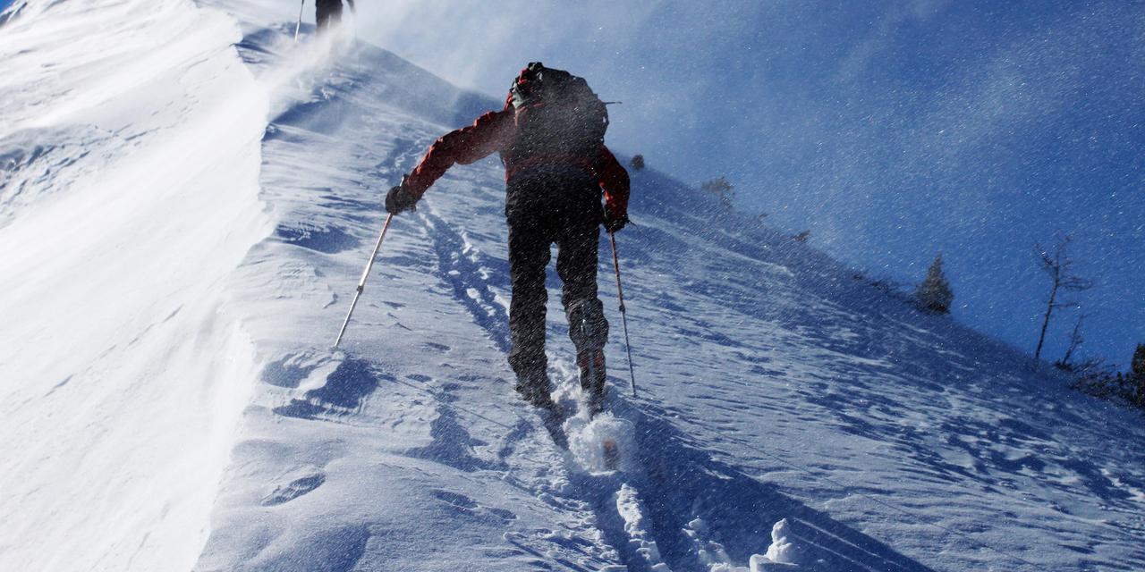 雪山を登山する姿