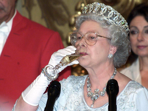 エリザベス女王が毎日食べているもの | Business Insider Japan
