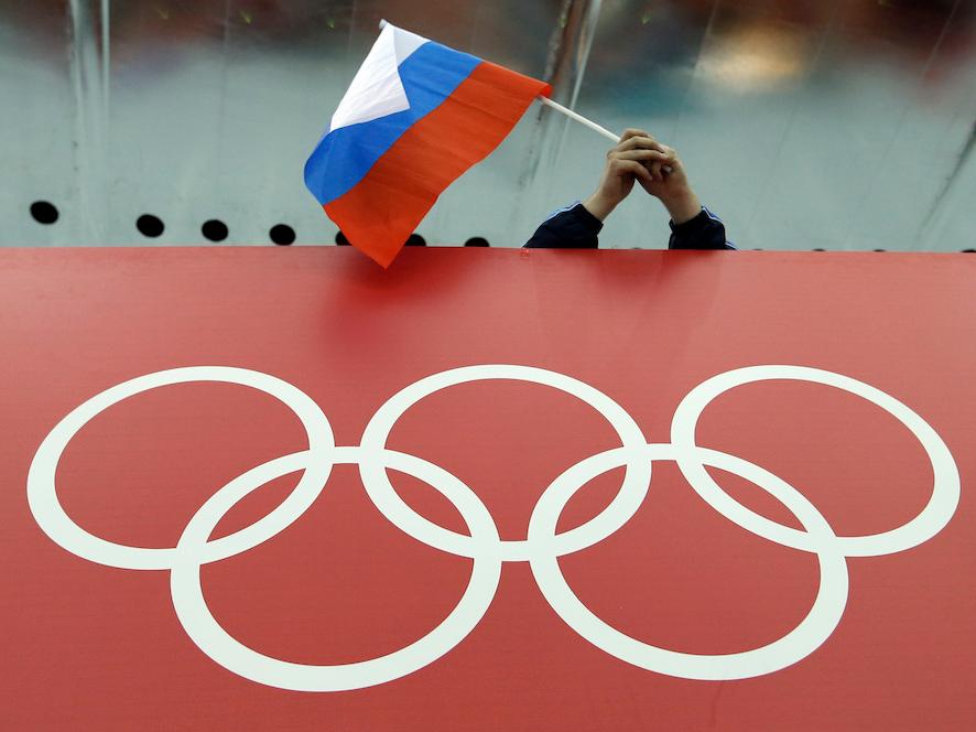 ロシア国旗を振る観客