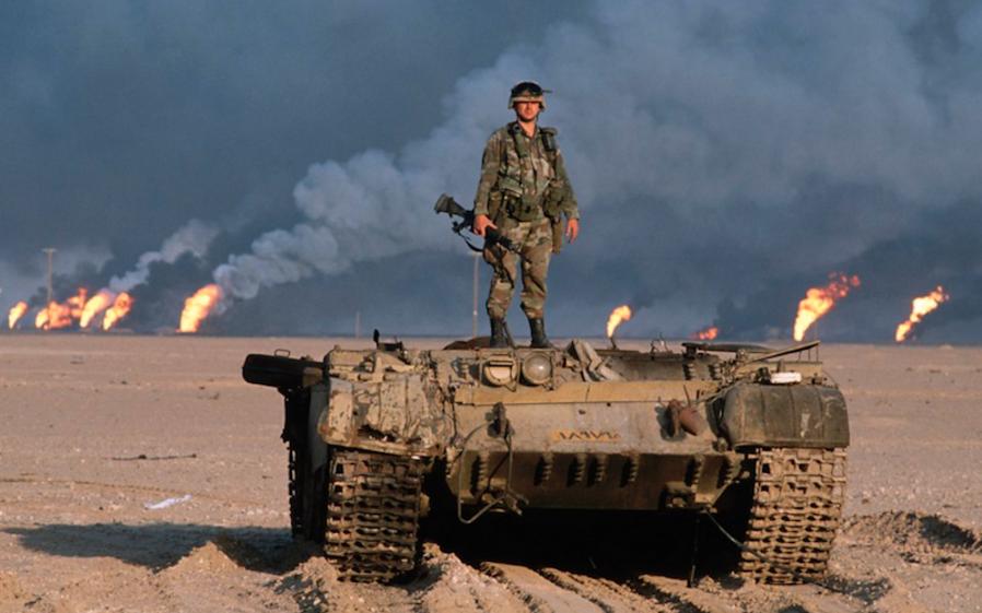 戦車の上に立つ米兵