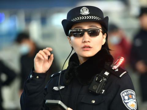 顔認証メガネをかけた中国の警官