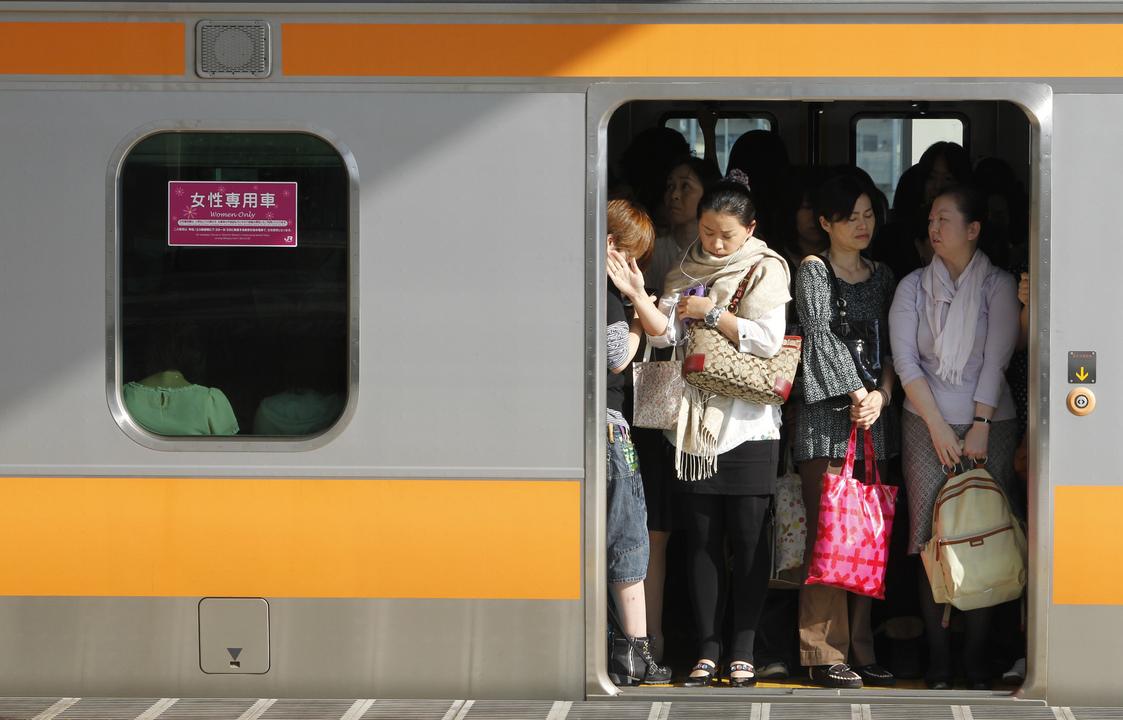 中央線の通勤電車。