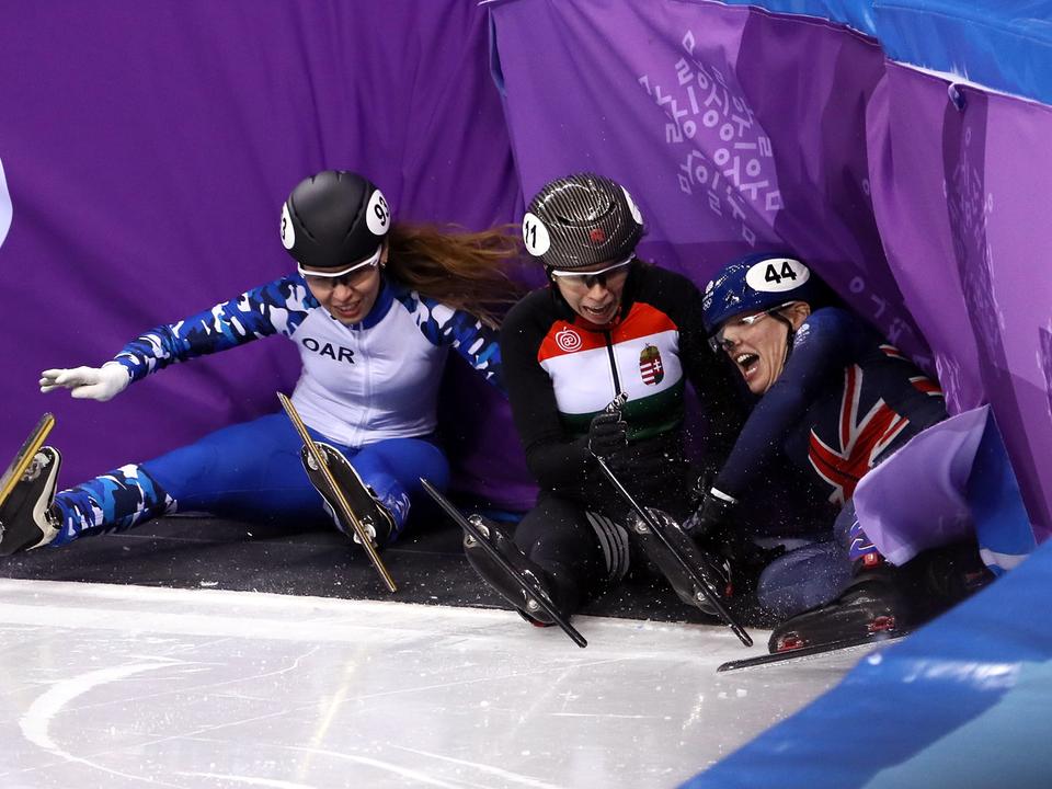 集団で転倒する女子選手