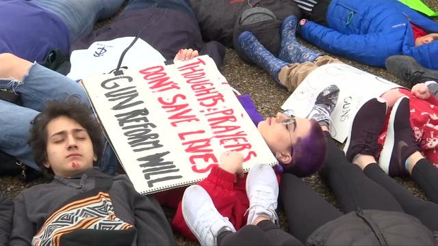 寝転んで抗議する学生