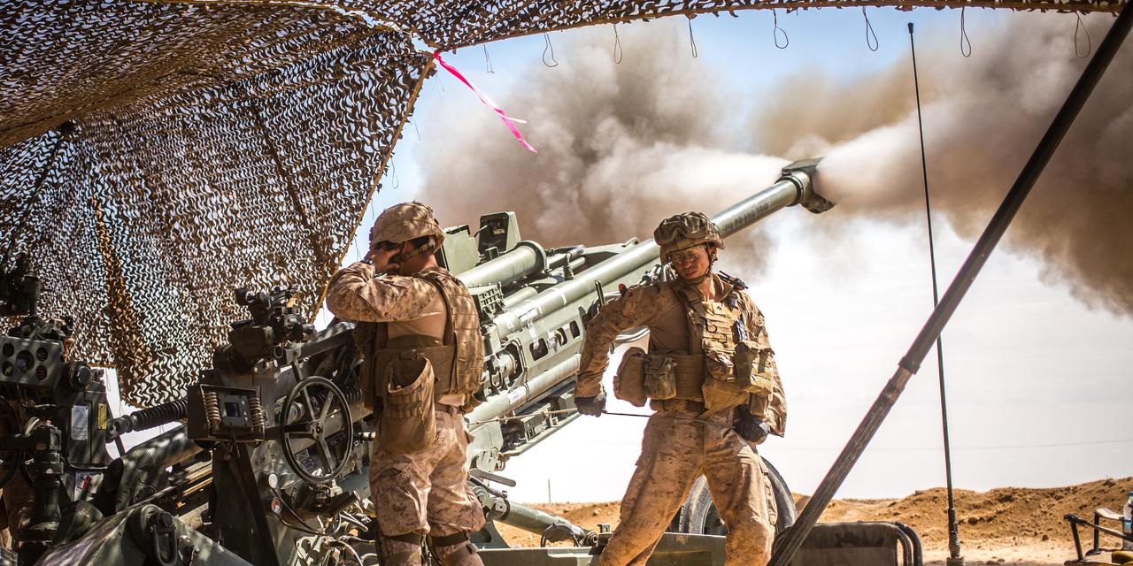 シリアにおける「生来の決意作戦(Operation Inherent Resolve)において、M777 155mm榴弾砲射撃を行う米海兵隊第11海兵遠征部隊。2017年3月24日。