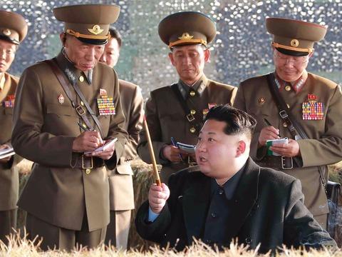 軍の高官に囲まれる金正恩氏