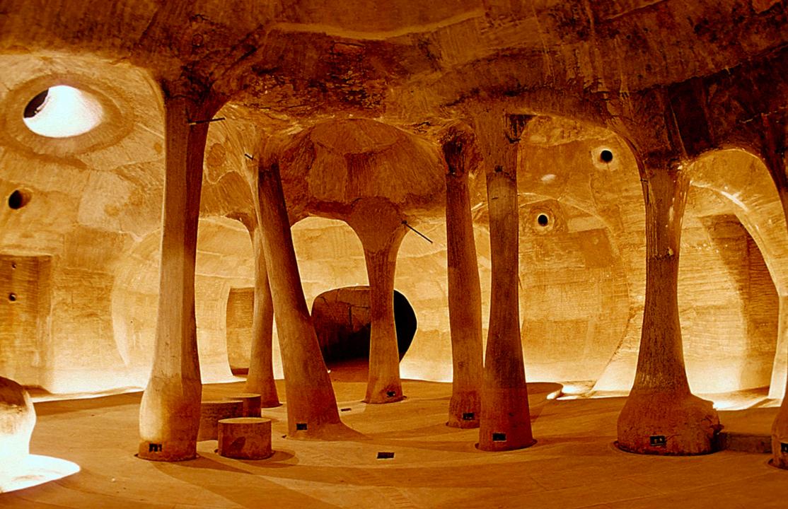 洞窟のようなスペースで絵画や映像が展示される。