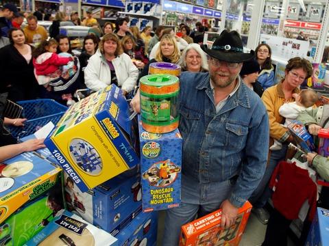 トイザらスで買い物をするたくさんの人たち