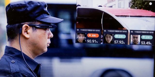 北京の警官、顔認証メガネでドライバーとナンバープレートをスキャン