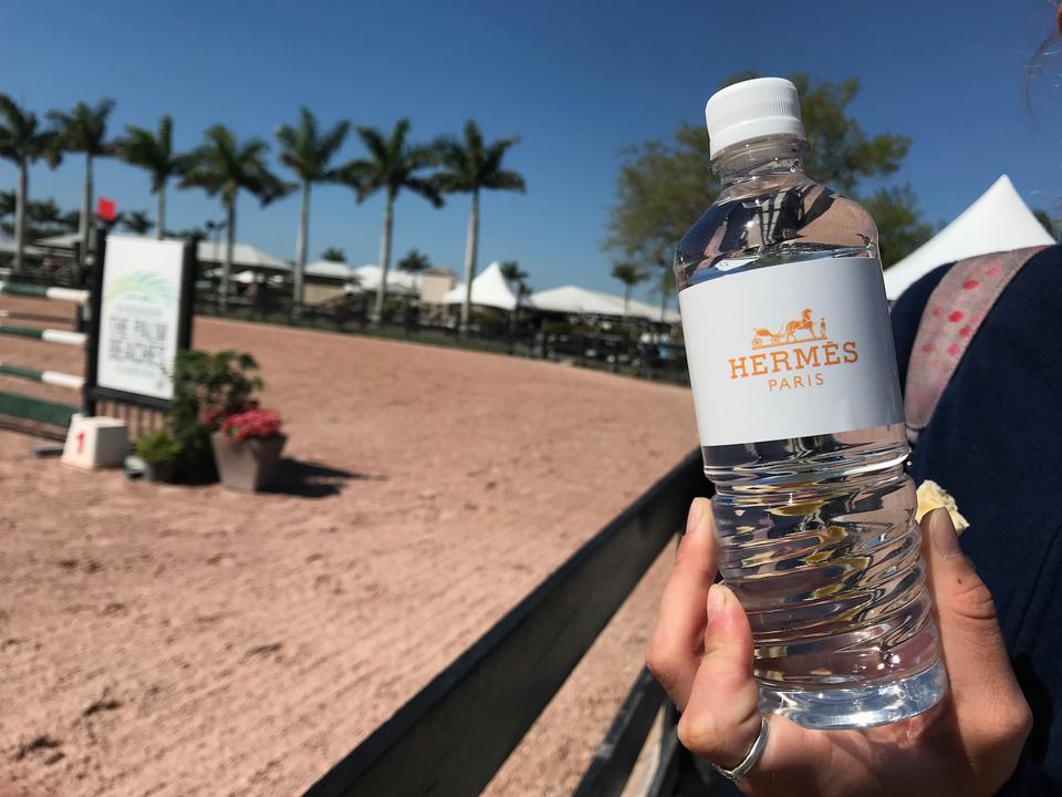 主要スポンサーのエルメスは、無料でブランド名が入った水を配り、競技者用ラウンジを設けた。