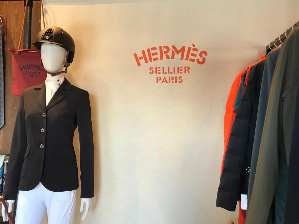 エルメスは、WEFに出店した約90の業者の1つ。1975ドル(約22万円)の競技用ジャケットなどを販売。