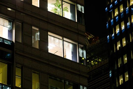 夜のオフィスビル