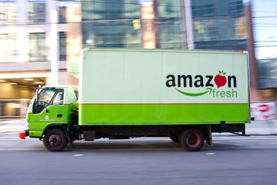 Amazon実店舗まで荷物を運ぶトラック