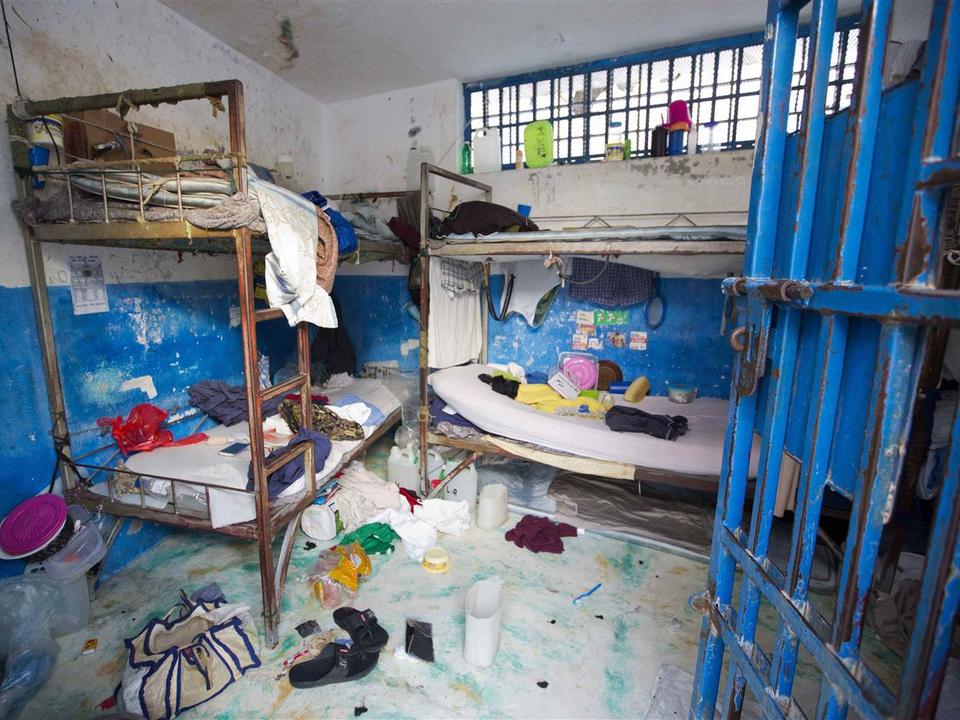 ハイチの刑務所。囚人をどのように扱っているかが分かる。