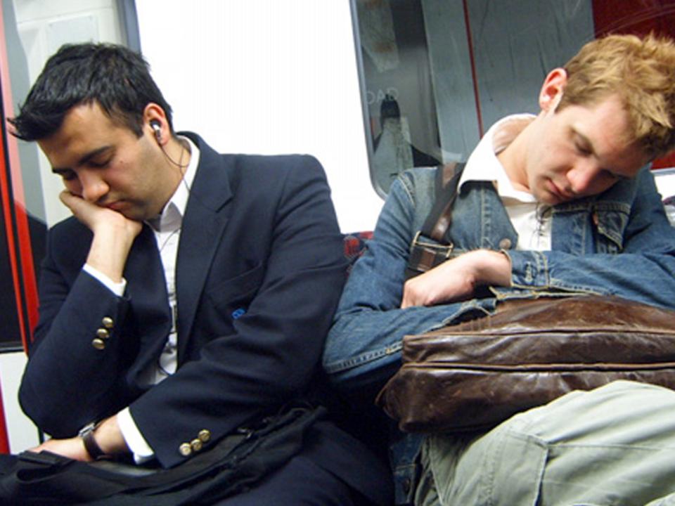 電車で寝る人