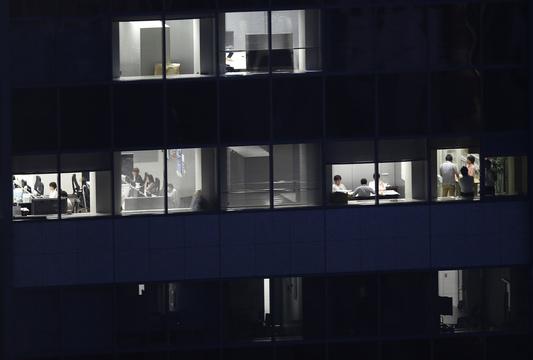 残業する人たちのビル