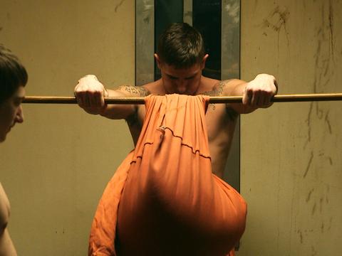 刑務所で入手できる身近な物を使って運動する独創的な方法を紹介。インディアナ州クラーク郡刑務所の受刑者。